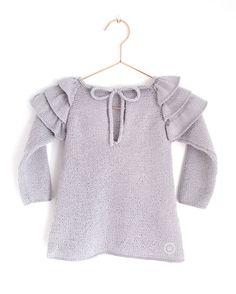Ruffles Baby Sweater – Knitting Pattern & Tutorial – knitting sweaters for beginners Baby Sweater Knitting Pattern, Knit Baby Sweaters, Baby Knitting Patterns, Knitting Designs, Pull Bebe, Big Knits, Ruffles, Baby Cardigan, Knitting For Kids