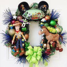 Toy Story guirnalda con Woody, Bullseye y Buzz Lightyear. Qué divertida guirnalda en la habitación de un niño o para usted! (recuerda cuando nosotros y nuestros hijos tiraron el teléfono todo!!!) Yo uso para hacer esta corona hace dos años y decidió que era tiempo de hacerlo otra vez.  Esta corona tiene todo tipo de golosinas: sombrero del oído de Toy Story, Buzz, Woody, Bullseye, 3 guisantes, marcianos, cabeza de patata y una figurita de Buzz. Una adición especial es en la guirnalda…