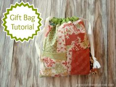 What to do with ufo quilt squares: how to make a gift bag tutorial / patchwork posse Fabric Gift Bags, Fabric Bins, Fabric Basket, Fabric Art, Easy Sewing Projects, Sewing Crafts, Sewing Tips, Quilting Projects, Sewing Ideas