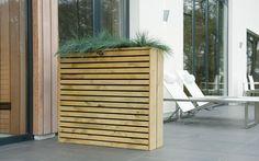 Elan Terrasbloembak Excellent is smal en hoog, dus bij uitstek geschikt om een terras af te bakenen of om privacy te creëren op een balkon. De verfijnde vormgeving van deze bloembak past uitstekend bij de moderne tuinstijl. De voor- en achterzijde van de bloembak zijn gemaakt van houten balkjes met ca. 1 cm tussenruimte wat een bijzonder stijlvol effect geeft. In de bloembak zit een zwarte binnenzak wat de tuinaarde binnenboord houdt.