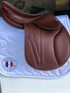 butet flatseat jumping saddle <3 Jumping Saddle, Tack Trunk, English Tack, Dream Barn, Equestrian Outfits, Saddle Pads, Horse Girl, Horse Tack, Saddles