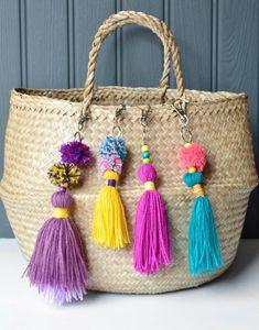 Enfeite para bolsas de tassel e pom pom - 15 minute make: tasseled bag charm with quick mini pom poms - Decorator's Notebook Play Doh, Diy Bag Charm, Pom Pom Bag Charm, Pom Pom Keyrings, Diy And Crafts, Crafts For Kids, Little Presents, How To Make A Pom Pom, Pom Pom Crafts