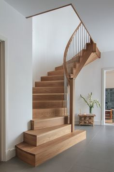 home stairs design ideas can attract the eyes. Choose between an art gallery, unique runner, and vintage design for your stairs. Staircase Railing Design, Home Stairs Design, Curved Staircase, Interior Stairs, House Design, Stair Design, Loft Staircase, Staircase Landing, White Staircase