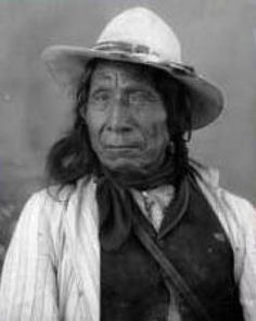 """MAHPIUA-LUTA (Nube Roja)  (Dakota sioux 1822-1909)  (sioux)  """"Nuestro pueblo se derrite como la nieve en las laderas de las colinas al calor del sol, mientras que los miembros de vuestro pueblo brotan de la tierra como los tallos de hierba en primavera""""."""