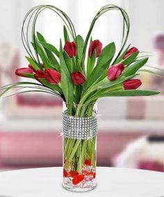 16 Romantic Table Top Decor To Create The Right Mood For This Valentine's Day - HomelySmart Valentines Flowers, Valentines Day Decorations, Valentine Day Crafts, Holiday Crafts, Fun Crafts, Valentine's Day Flower Arrangements, Romantic Table, Same Day Flower Delivery, Red Tulips