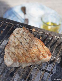 Recette Thon grillé, sauce aux câpres     : Rincez les tranches de thon sous l'eau froide, puis épongez-les.Disposez-les dans un plat, enduisez-les avec ...