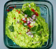 Lag perfekt, hjemmelaget guacamole! Perfekt tilbehør til tacoen eller som dipp. Se hele oppskriften her på Lises blogg.