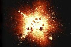 En cosmología física, la teoría del Big Bang o teoría de la gran explosión es un modelo científico que trata de explicar el origen del Universo y su desarrollo posterior a partir de una singularidad espaciotemporal. La idea central del Big Bang es que la teoría de la relatividad general puede combinarse con las observaciones de isotropía y homogeneidad a gran escala de la distribución de galaxias y los cambios de posición entre ellas, permitiendo extrapolar las condiciones del Universo antes…