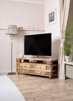 Tolle Möbel aus Paletten, wie diesen Fernsehtisch gibt es im Artikel zu finden. Wer Lust hat, kann sich an ein DIY Projekt heranwagen!