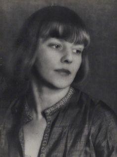 1923. Iris Tree, poétesse et actrice anglaise, photographiée par Man Ray. Pendant quelque temps on la vit au côté de Nancy Cunard, au sein d'une coterie qui se réunissait au restaurant de la tour Eiffel. Dans les années 1925, elle fut actrice en compagnie de Lady Diana Cooper.