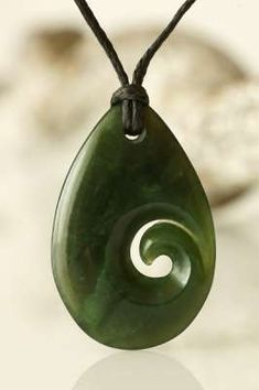 Koru aus Jade in Tropfenform & Nbsp; Jade pendant Koru in drop form as a symbol of a new life in purity. Jade Jewelry, Clay Jewelry, Stone Jewelry, Silver Jewelry, Dremel Carving, Carving Designs, Polymer Clay Pendant, Stone Crafts, Bone Carving