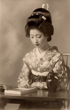 Vintage picture of Geiko Toba of Kyoto reading a book in Before World War not only Maiko, but also fully-fledged Geiko and Geisha still used their own hair to create their hairstyles; so the luxurious hairstyle Geiko Toba is wearing in this. Geisha Samurai, Art Geisha, Geisha Kunst, Geisha Japan, Japanese Kimono, Japanese Girl, Memoirs Of A Geisha, Japanese Beauty, Japan Fashion