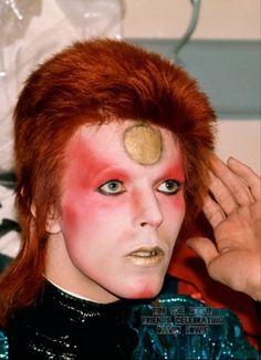 vezzipuss.tumblr.com — David Bowie / Ziggy Stardust, Circa 73 ©️Mick Rock... David Bowie Kostüm, David Bowie Makeup, Queen David Bowie, Fleetwood Mac, Stevie Nicks, Freddie Mercury, Rolling Stones, Red Party Themes, Sailor Moon
