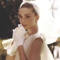 Audrey Hepburn: when it's about style and fashion you have to talk of her! Audrey Hepburn: se si parla di stile e di moda si deve parlare di lei! Boda Audrey Hepburn, Audrey Hepburn Wedding Dress, Audrey Hepburn Outfit, Aubrey Hepburn, Divas, Old Hollywood, Classic Hollywood, Hollywood Wedding, Robes Vintage