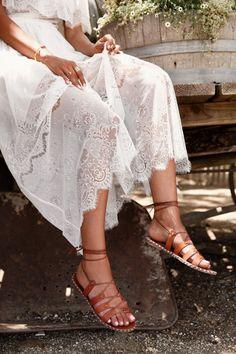 Zu einem sommerlichen Hippie-Kleid passen Boho-Sandalen perfekt