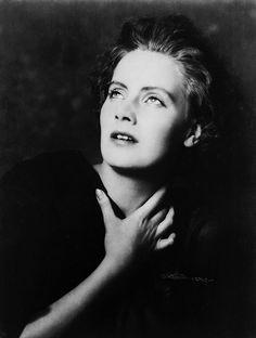 Greta Garbo, New York, 1925 by Arnold Genthe  Absolutely timeless!