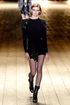 The complete Saint Laurent Fall 2018 Ready-to-Wear fashion show now on Vogue Runway. Autumn Fashion 2018, Spring Fashion Outfits, New Fashion, Runway Fashion, Trendy Fashion, High Fashion, Fashion Show, Womens Fashion, Fashion Design