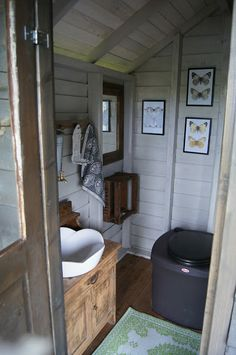 White inside is nice Outdoor Bathrooms, Outdoor Baths, Outhouse Bathroom, Outdoor Toilet, Summer Cabins, Lakeside Cottage, Composting Toilet, Tiny House Cabin, Small Buildings