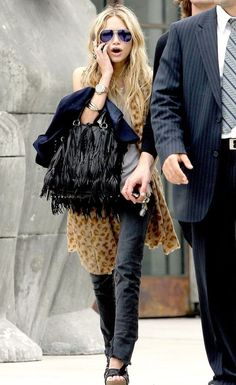 LOVE THE WHOLE OUTFIT --- Prada fringed bag + aviator glasses with purple lenses + leopard print on Mary-Kate Olsen (via Sasha Charnin). Ashley Mary Kate Olsen, Ashley Olsen Style, Olsen Twins Style, Elizabeth Olsen, Street Style Trends, Trend Fashion, Boho Fashion, Petite Fashion, Fashion Bloggers