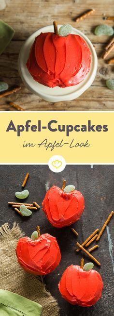 Ist es ein Apfel? Ist es ein Kuchen? Nein, es ist ein Apfel-Cupcake, der mit seiner süßen Deko aussieht wie frisch vom Apfelbaum gefallen.