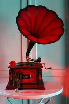 ~✿✿✿~Red Gramophone~ Old Classic Music came from this Beautiful Machine~✿✿✿~ Vintage Modern, Vintage Love, Retro Vintage, My Favorite Color, My Favorite Things, I See Red, Simply Red, Record Players, Jolie Photo