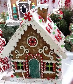 Ideas how to using gingerbread christmas for home decorations 35 Gingerbread Christmas Decor, Gingerbread House Designs, Gingerbread House Parties, Christmas Goodies, Christmas Baking, Holiday Fun, Christmas Holidays, Christmas Crafts, Christmas Decorations
