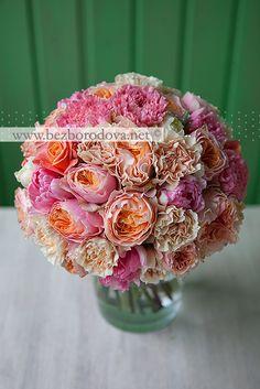 Весенний букет невесты из персиковых пионовидных роз и розовых тюльпанов