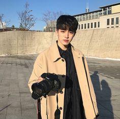 who cares ? Boys Korean, Korean Boys Ulzzang, Cute Korean, Ulzzang Boy, Asian Boys, Korean Style, Beautiful Boys, Pretty Boys, Boy Fashion