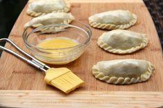 Pinte las empanadas con yema de huevo para que queden doraditas al hornearse