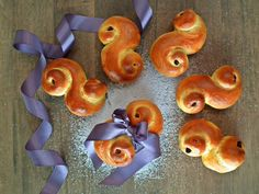 Lussekatter  {Bakemagi.no} Christmas And New Year, Doughnut, Candle Holders, Candles, Desserts, Food, Tailgate Desserts, Dessert, Candy