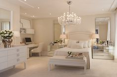 Quarto da jovem blogueira, por Christina Hamoui All in white with glass furniture