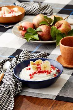 Verliebe dich in diesen totalen Mix: FAGE Total mit süßen Granatapfelkernen und Bananenscheiben.