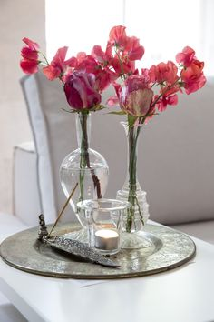 Lounge table Interiors DMF with beautiful flowers we love this decoration.