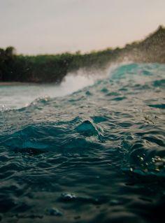 Pois que vivernão é entrar no mar onde dá pé,mas mergulhar com fé no maremoto.Flora Figueiredo