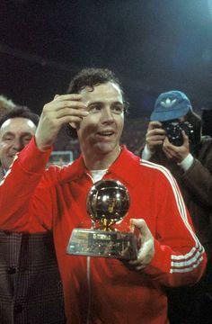 Franz Beckenbauer receives his second Ballon d'Or, 1976 (défenseur Bayern Munchen) Football Awards, Best Football Players, Good Soccer Players, World Football, Sport Football, Ballon D'or, Fifa, Uefa European Championship, Germany Football