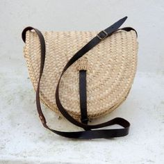 Juani Marchan.    Paseo Capacha.    Traditionally used by farmers to carry food to the field. At present it is in smaller sizes and used as bag ride. Esstá made with the technique of PLEITA and topped with leather handle.