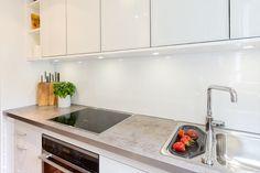 Rückwand für eine weisse Küche, eine Küchenrückwand aus HPL Hochglanz - optisch ähnlich einer Glasrückwand