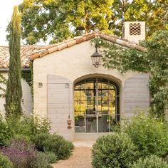 decordemon: Charming house in Provence style in California Spanish Style Homes, Spanish House, Spanish Colonial, Design Exterior, Exterior Paint, Home Interior Design, Interior Garden, Exterior Doors, Mediterranean Architecture
