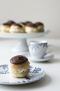 Klassískar rjómabollur-uppskrift Nordic Kitchen, Scandinavian Kitchen, Oven Glove, Cheesecake, Candle Holders, Tray, Candles, Plates, Desserts