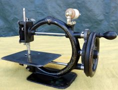 ANTIQUE-A-F-JOHNSON-CO-CAST-IRON-GOLD-MEDAL-HAND-CRANK-SEWING-MACHINE