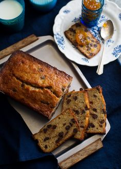 Moist and delicious chocolate banana bread recipe with fresh orange juice. This orange chocolate banana bread can also be made into banana muffins too. Party Desserts, Just Desserts, Delicious Desserts, Dessert Recipes, Yummy Food, Bakery Recipes, Chocolate Chip Banana Bread, Chocolate Orange, Chocolate Pudding