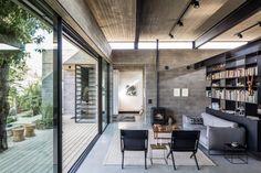 Um casal de arquitetos construiu sua própria casa em meio a um jardim de árvores frutíferas na costa mediterrânea de Israel