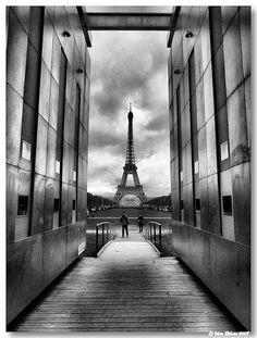 PARIS (França): A torre Eiffel vista desde o interior do