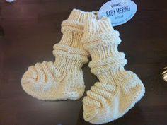 Kikun käsityöt: Vauvan aloituspaketti eli junasukat, kypärämyssy ja tumput vastasyntyneelle Baby Knitting Patterns, Leg Warmers, Fingerless Gloves, Tricot, Sock, Leg Warmers Outfit, Fingerless Mitts, Fingerless Mittens