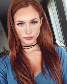 Dez Maquiagens Leves para Usar no Verão Whenever summer knocks on the door, I like to refresh the inspirations of light makeup. As the season involves days of heat, moisture and sweat it is best to use fewer products to not melt. Beautiful Red Hair, Beautiful Redhead, Beautiful Gorgeous, Gorgeous Blonde, Brown Blonde Hair, Brown To Red Hair, Girl With Brown Hair, Long Red Hair, Blonde Brunette