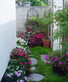 Very Beautiful Little Garden Design Ideas 02 Garden Nook, Big Garden, Garden Spaces, Dream Garden, Narrow Garden, Little Gardens, Small Gardens, Outdoor Gardens, Small Outdoor Spaces