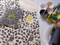fabric stamping Block print a plain bag Printing on fabric is so much fun and you get to show off your work everywhere you go with this simple tote . Hand Printed Fabric, Printing On Fabric, Block Print Fabric, Block Prints, Fabric Painting, Fabric Art, Encaustic Painting, Stamp Carving, Handmade Stamps