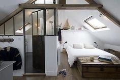 Idée déco: mur plein au-dessus du lavabo et ouvert de part et d'autre du miroir
