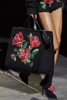Dolce & Gabbana Fall 2020 Ready-to-Wear Collection - Vogue Dolce & Gabbana, Dolce And Gabbana Purses, Shopper, Knitted Bags, Beautiful Bags, Fashion Details, Fashion Bags, Fashion Show, Fashion Fashion