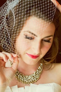 Love this bride's statement necklace! // photo by Pezz Photo